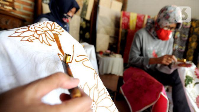 Warga menyelesaikan pembuatan batik tulis di Batik Bumiku di Kampung Batik Cibuluh, Kota Bogor, Senin (21/09/2020). Kaum ibu di kampung batik yang berdiri sejak dua tahun terakhir ini tetap bertahan di masa pandemi COVID-19. (merdeka.com/Arie Basuki)