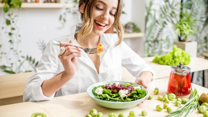ilustrasi cara mengatasi food coma agar tidak mengganggu aktivitasmu/RossHelen/shutterstock