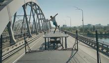 極限運動員挑戰不可能 空翻飛越兩台聯結車
