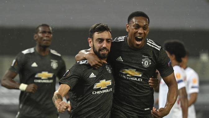 Bruno Fernandes dan Anthony Martial merayakan gol Manchester United ke gawang Sevilla pada semifinal Liga Europa, Senin (17/8/2020) dini hari WIB. (Ina Fassbender/Pool Via AP)