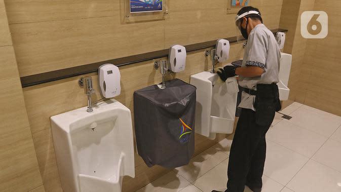 Pekerja membersihkan toilet di Mall Margo City, Depok, Jawa Barat, Selasa (9/6/2020). Pusat perbelanjaan atau mal di Kota Depok akan mulai dibuka pada 16 Juni 2020 dengan menerapkan sejumlah aturan protokol kesehatan yang ketat. (Liputan6.com/Herman Zakharia)