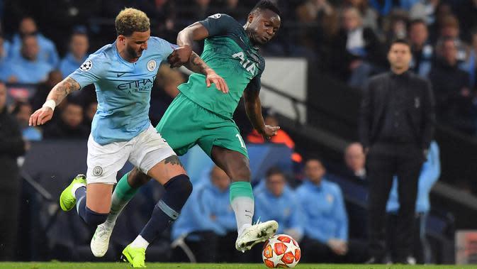 Bek Manchester City, Kyle Walker berebut bola dengan gelandang Tottenham Hotspur, Victor Wanyama pada leg kedua perempat final Liga Champions di Etihad Stadium, Rabu (17/4). Meski menang dengan skor 4-3 namun Manchester City tetap gagal melaju ke semifinal Liga Champions. (Anthony Devlin / AFP)