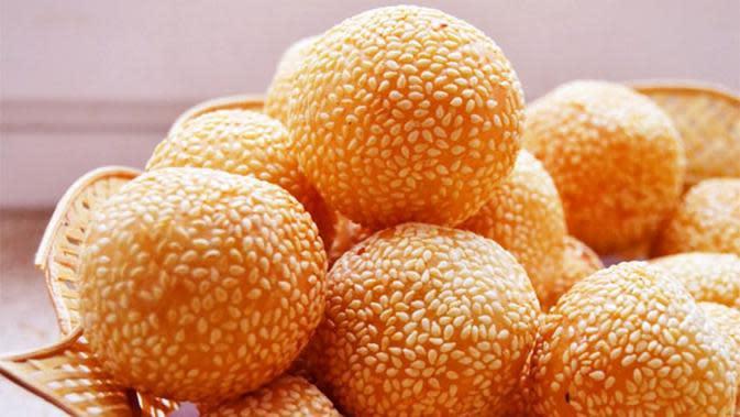 Biar lebih enak, yuk bikin onde-onde isi nutela. Ini resepnya! (Via: wikiresep.com)
