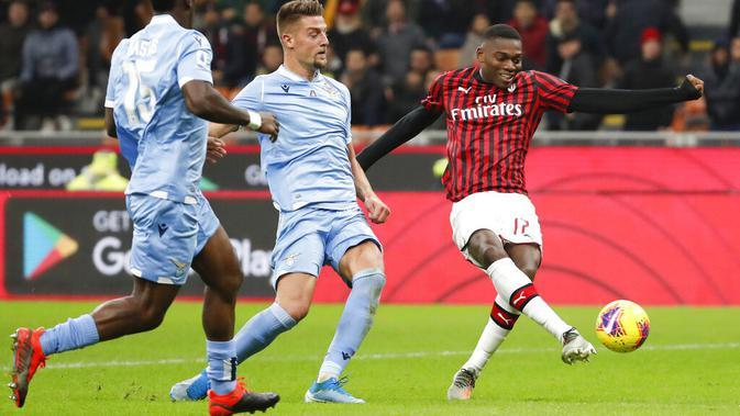 Pemain AC Milan, Rafael Leao, melepaskan tendangan ke gawang Lazio pada laga Serie A 2019 di Stadion San Siro, MInggu (3/11). AC Milan takluk 1-2 dari Lazio. (AP/Antonio Calanni)