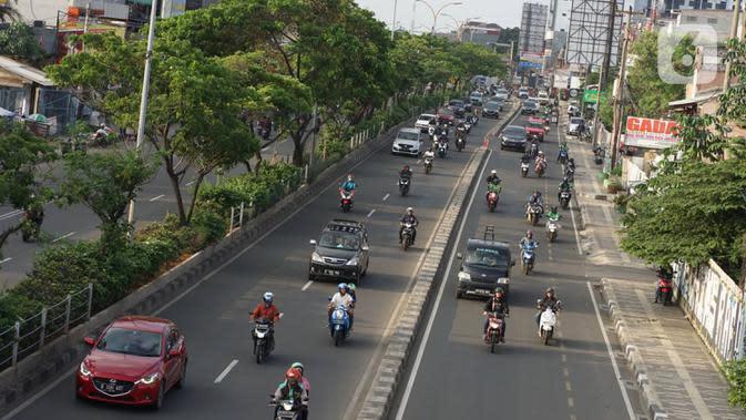 Kendaraan melintas di Jalan Margonda Raya, Depok, Rabu (15/1/2020). Wakil Walikota Depok Pradi Supriatna mengatakan rencana revitalisasi jalur sepeda di Jalan Margonda akan dimulai pada 2020 untuk memberi ruang bagi para pesepeda serta mengurangi polusi udara. (Liputan6.com/Immanuel Antonius)