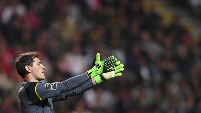 Tersingkir dari skuat utama Real Madrid membuat Iker Casillas bergabung ke FC Porto pada 11 Juli 2015. Gagal mempersembahkan gelar untuk Porto, mantan kapten timnas Spanyol itu memutuskan angkat kaki untuk mencari pengalaman baru. (EPA/Hugo Delgado)