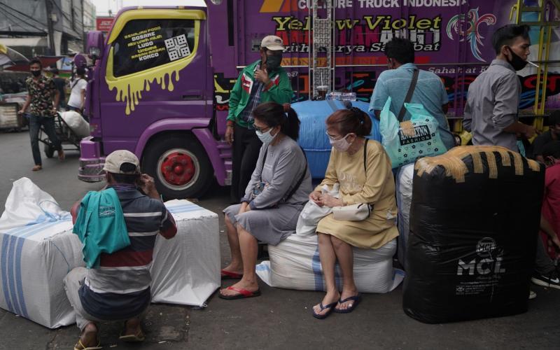 Women wear protective masks at a Jakarta market - Dimas Ardian/Bloomberg