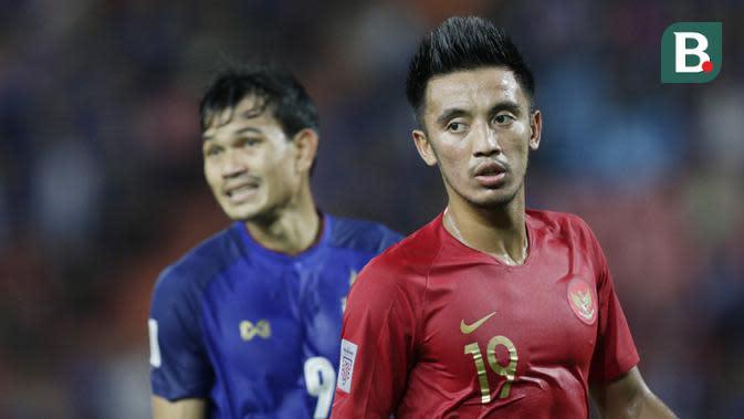 Gelandang Timnas Indonesia, Bayu Pradana, mengamati rekannya saat melawan Thailand pada laga Piala AFF 2018 di Stadion Rajamangala, Bangkok, Sabtu (17/11). Thailand menang 4-2 dari Indonesia. (Bola.com/M. Iqbal Ichsan)