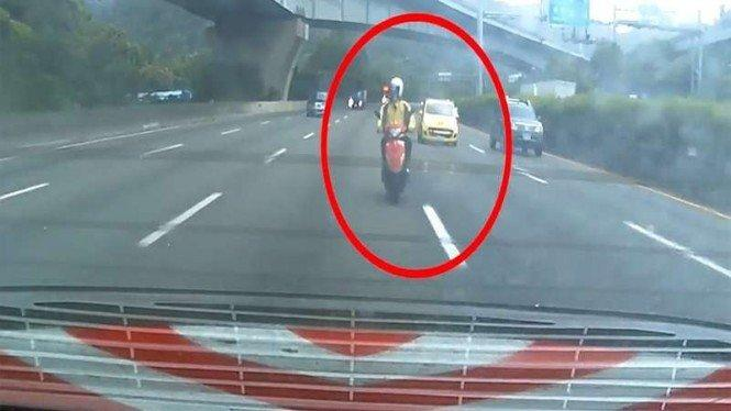 Pemotor Terobos Jalan Tol Bikin Kecelakaan Mengerikan