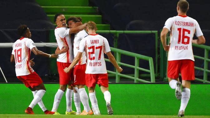 Pemain RB Leipzig, Dani Olmo (tengah) berselebrasi usai mencetak gol ke gawang Atletico Madrid pada perempat final Liga Champions di stadion Jose Alvalade di Lisbon, Portugal, Kamis, (13/8/2020). RB Leipzig menang tipis 2-1 dan melaju ke semifinal. (Lluis Gene/Pool Photo via AP)