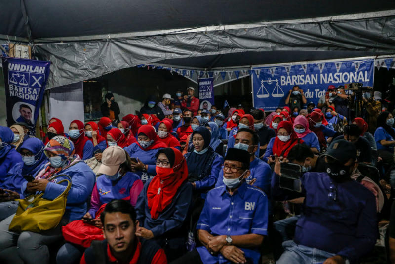 Barisan Nasional supporters at an election campaign event for BN candidate for Shahelmey Yahaya in Tanjung Keramat, Sabah September 15, 2020. — Picture by Firdaus Latif