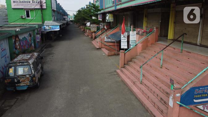 Suasana kawasan Pasar Cileungsi yang terhenti akibat penutupan sementara, Kabupaten Bogor, Selasa (2/6/2020). Penutupan sementara kegiatan jual beli di Pasar Cileungsi terkait adanya tujuh pedagang yang positif terinfeksi virus COVID-19. (Liputan6.com/Helmi Fithriansyah)