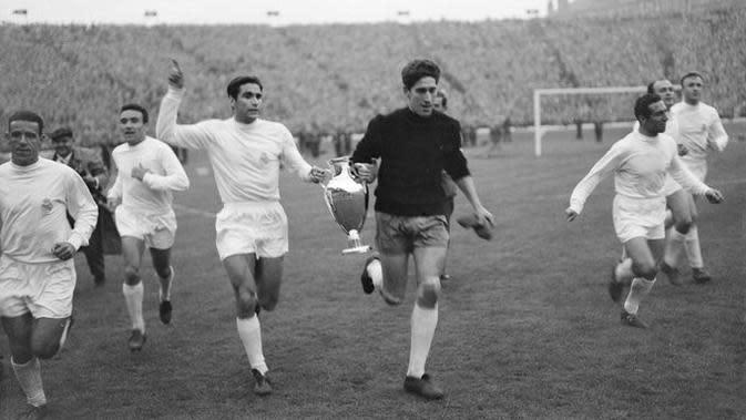 Pemain Real Madrid mengelilingi lapangan Hampden Park usai memenangkan Piala Champions 1960 melawan Eintracht Frankfurt. (Twitter)