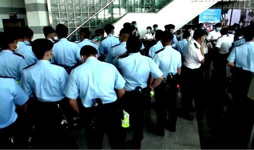 蘋果大樓內四處有警察監視,整起事件宛如白色恐怖再現。(圖/香港蘋果日報授權)