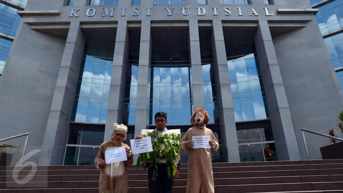Aktivis Koalisi Anti Mafia Hutan yang merupakan gabungan dari sejumlah LSM melakukan aksi teatrikal 'Pengaduan Penghuni Hutan' di depan Gedung Komisi Yudisial (KY), Jakarta, Jumat (8/1). (Liputan6/JohanTallo)