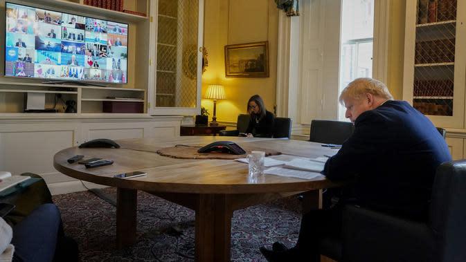 Perdana Menteri Inggris Boris Johnson saat mengikuti KTT Luar Biasa G20 secara virtual dari London, Inggris, Kamis (26/3/2020). Para pemimpin dunia mengkoordinasikan respons global terhadap pandemi virus corona COVID-19. (Andrew PARSONS/10 Downing Street/AFP)
