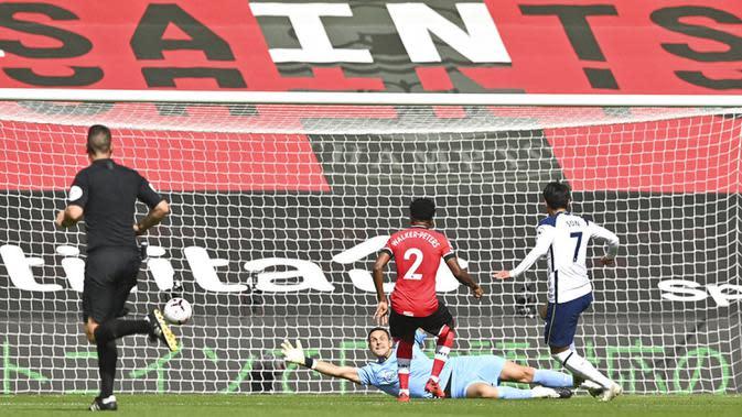 Pemain Tottenham Hotspur Son Heung-min (kanan) mencetak gol ke gawang Southampton pada pertandingan Liga Premier Inggris di Stadion St. Mary, Southampton, Inggris, Minggu (20/9/2020). Tottenham menekuk Southampton 5-2, Son Heung-min menyumbang empat gol. (Justin Tallis/Pool via AP)
