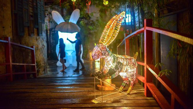 Warga mengunjungi berbagai instalasi seni Jade Rabbit di Kwai Chai Hong, Kuala Lumpur, Malaysia, 25 September 2020. Delapan desain unik instalasi seni Jade Rabbit dipamerkan di Kwai Chai Hong dalam sebuah acara untuk merayakan Festival Pertengahan Musim Gugur mendatang. (Xinhua/Chong Voon Chung)