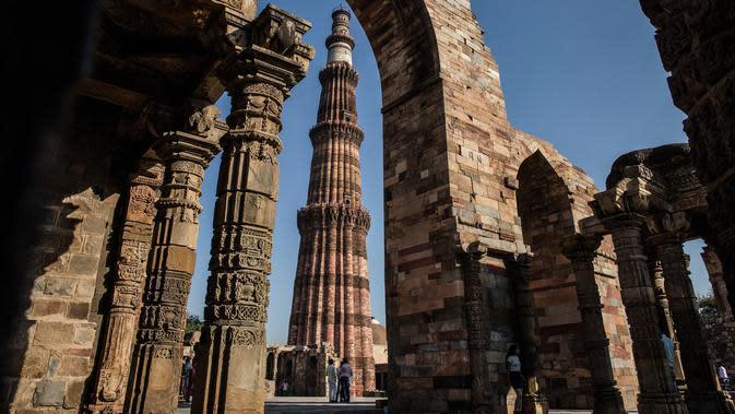 Wisatawan mengunjungi situs warisan dunia UNESCO Qutub Minar di New Delhi, India, Kamis (13/2/2020). Qutub Minar dibangun pada tahun 1192 M oleh Qutbuddin Aibak, pendiri Kesultanan Delhi. (Xinhua/Javed Dar)
