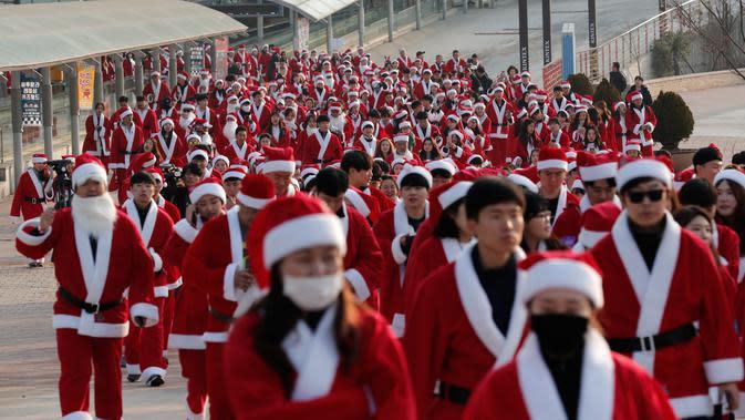 Peserta yang mengenakan kostum Sinterklas mengikuti lomba lari maraton dalam acara Santa Run 2019 di Goyang, Korea Selatan, Sabtu (7/12/2019). Natal menjadi salah satu liburan terbesar yang dirayakan di Korea Selatan. (AP Photo/Lee Jin-man)