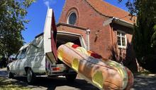 棺材也可以玩創意!甜甜圈、消防車、巧克力棒……這家公司讓葬禮氣氛變輕鬆了