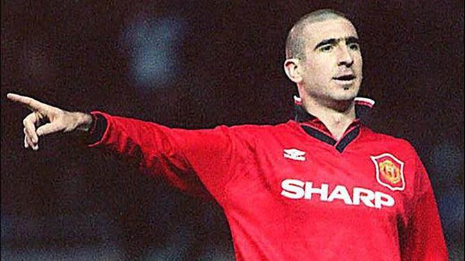 7. Eric Cantona (1996-1997), pemain iconic bagi publik Old Trafford. Meski tak lama namun gelandang asal Prancis ini cukup memberikan kesan mendalam bagi para pecinta Manchester United. (www.ryangiggs.cc)