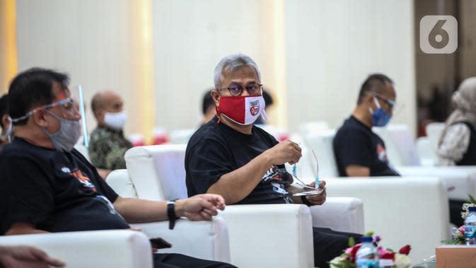 Ketua KPU, Arief Budiman (kanan) menghadiri acara peluncuran Gerakan Klik Serentak (GKS) di kantor KPU, Jakarta, Rabu (15/7/2020). KPU meluncurkan GKS sebagai tanda dimulainya tahapan pencocokan dan penelitian (coklit) data pemilih untuk Pilkada Serentak 2020. (Liputan6.com/Faizal Fanani)