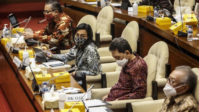 Menteri Keuangan Sri Mulyani (kedua kiri), Gubernur Bank Indonesia Perry Warjiyo (kiri) dan Kepala Eksekutif Pengawas Perbankan OJK Heru Kristiyana (kedua kanan) saat rapat kerja dengan Komisi XI DPR di Kompleks Parlemen, Senayan, Jakarta, Senin (24/8/2020). (Liputan6.com/Johan Tallo)