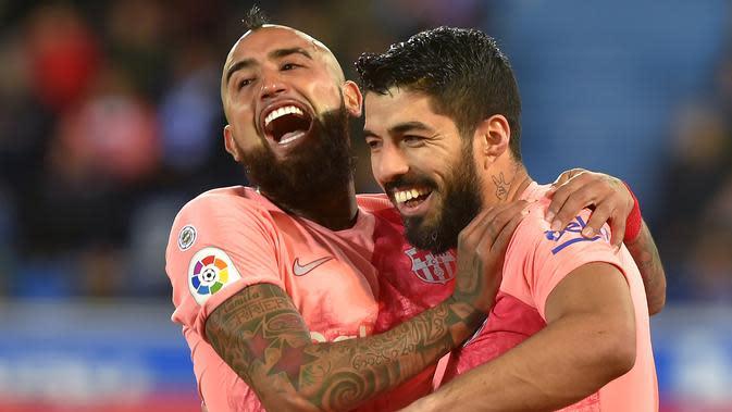 Luis Suarez merayakan golnya bersama Arturo Vidal (ANDER GILLENEA / AFP)