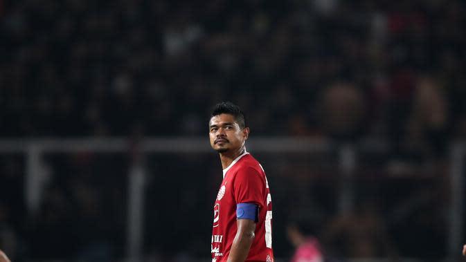 Stiker Persija Jakarta, Bambang Pamungkas, saat melawan Persebaya Surabaya pada laga Liga 1 di SUGBK, Jakarta, Selasa (17/12). Bepe mengakhiri kariernya pada musim ini. (Bola.com/Yoppy Renato)