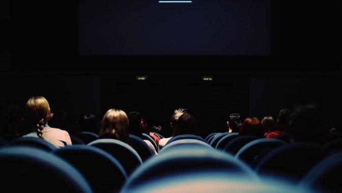 Ketiduran di Bioskop, Reaksi Pria Ini Saat Dibangunkan Bikin Ngakak