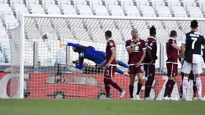 Striker Juventus, Cristiano Ronaldo, mencetak gol ke gawang Torino pada laga Serie A di Stadion Allianz, Turin, Sabtu (4/6/2020). Juventus menang 4-1 atas Torino. (AP/Fabio Ferrari)