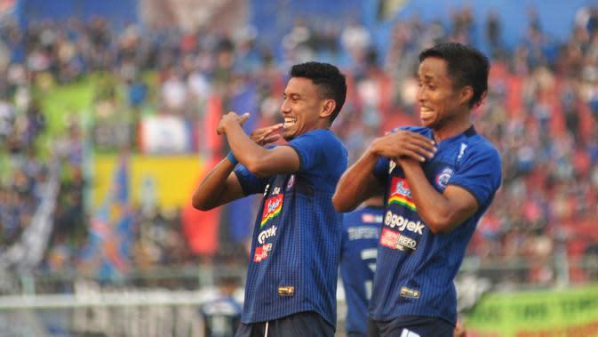 """Pemain sayap Arema FC, Rifaldi Bawuoh, melakukan selebrasi dengan goyang lagu berjudul """"Entah Apa yang Merasukimu"""