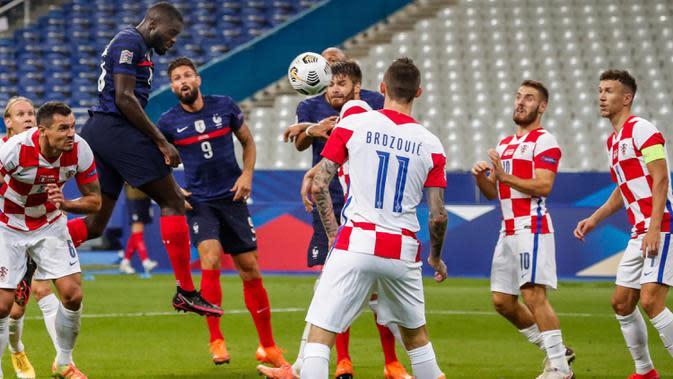 Bek timnas Prancis, Dayot Upamecano mencetak gol ke gawang timnas Swedia dalam laga lanjutan UEFA Nations League Liga 1 Grup C di Saint-Denis, Rabu (9/9/2020) dini hari WIB. Sempat tertinggal duluan, Timnas Prancis menang dengan skor 4-2 atas Kroasia. (AP Photo/Francois Mori)