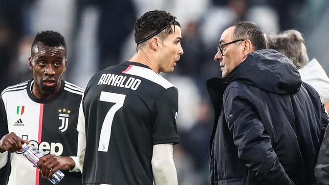 Pelatih Juventus, Maurizio Sarri, memberikan instruksi kepada Cristiano Ronaldo pada laga Serie A di Stadion Allianz, Turin, Minggu (15/12). Juventus menang 3-1 atas Udinese. (AFP/Isabella Bonotto)