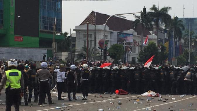 Polisi membubarkan massa pendemo di Simpang Harmoni, Jakarta Pusat. (Liputan6.com/Radityo Priyasmoro)