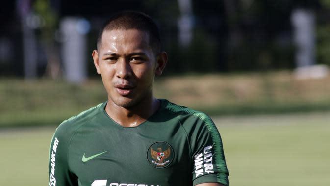Pemain Timnas Indonesia U-23, Gian Zola, saat latihan di Lapangan G, Senayan, Jakarta, Senin (21/10). Latihan ini untuk persiapan jelang SEA Games 2019. (Bola.com/M Iqbal Ichsan)