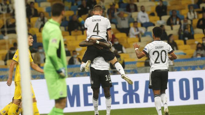 Bek Jerman, Matthias Ginter berselebrasi usai mencetak gol ke gawang Ukraina pada pertandingan UEFA Nations League di Stadion Olimpiyskiy di Kyiv, Ukraina, Sabtu (10/10/2020). Jerman menang 2-1 atas Ukraina. (AP Photo/Efrem Lukatsky)