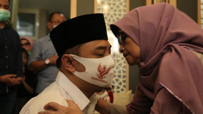Calon Wali Kota (Cawali) Surabaya Eri Cahyadi sungkem kepada orangtuanya sebelum berangkat mendaftar di KPU Surabaya. (Foto: Dok Istimewa)