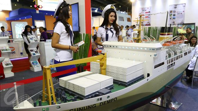 Model berdiri di samping kapal Pelni saat Indonesia Bussiness and Development Expo 2016 di, Jakarta, Kamis (8/9). Acara yang digelar pada 8-11 September 2016 ini akan menjadi ajang promosi investasi. (Liputan6.com/Fery Pradolo)