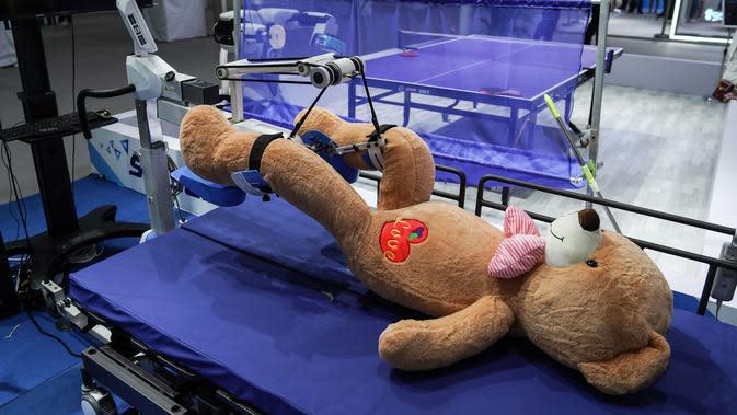 Robot rehabilitasi bekerja di paviliun pameran outdoor di dekat China National Convention Center, lokasi penyelenggaraan CIFTIS, di Beijing Olympic Park di Beijing, China (1/9/2020). CIFTIS, platform utama untuk perdagangan jasa di China, akan dihelat pada awal September di Beijing. (Xinhua/Peng Ziy