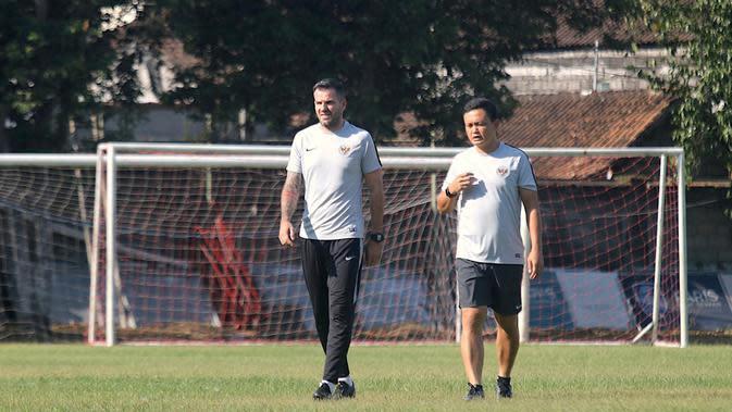 Pelatih Timnas Indonesia, Simon McMenemy, berdiskusi dengan Yeyen Tumena saat latihan di Lapangan Gelora Trisakti, Bali, Minggu (13/10) (Bola.com/Aditya Wany)