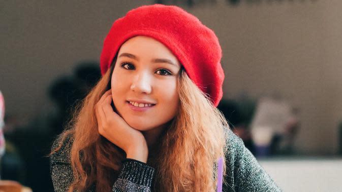 ilustrasi perempuan tersenyum/Photo by Nursultan Bakyt on Unsplash