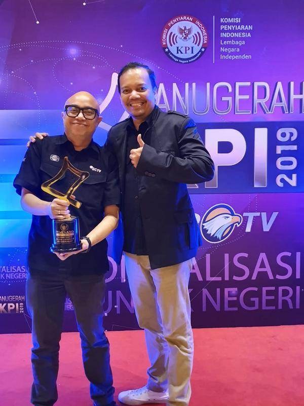 Ekin Gabriel, VP PSRD (Programming Scheduling and Research Development) Indosiar saat menerima piala Anugerah KPI 2019