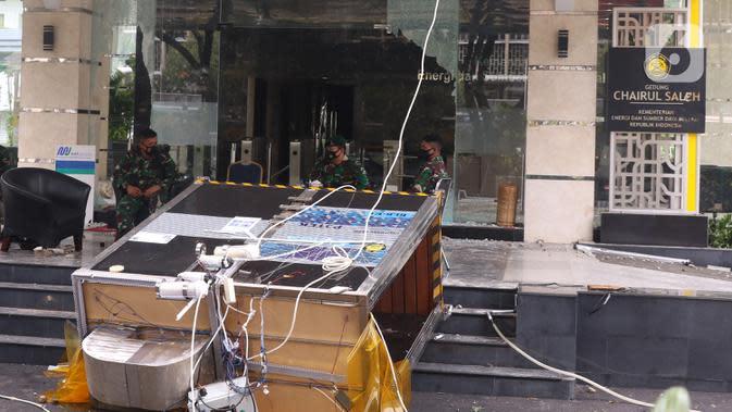 Aparat TNI berjaga di gedung Kementerian Energi dan Sumber Daya Mineral (ESDM), Jakarta, Jumat (9/10/2020). Terjadi aksi perusakan dan penjarahan di gedung Kementerian ESDM saat unjuk rasa penolakan Undang-Undang (UU) Cipta Kerja, Kamis 8 Oktober 2020. (Liputan6.com/Angga Yuniar)