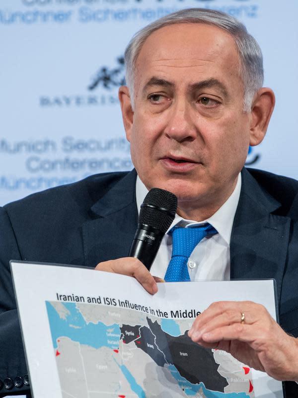 PM Israel Benjamin Netanyahu menunjukkan peta Timur Tengah saat diskusi panel di Konferensi Keamanan Munich (18/2). (AFP/ MSC Munich Security Conference / Lennart Preiss)