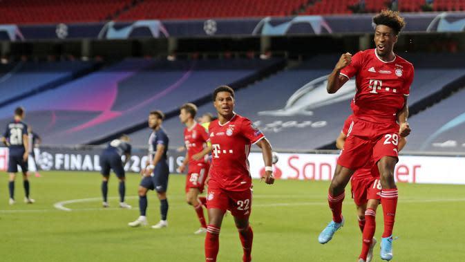 Kingsley Coman dari Bayern, kanan, merayakan bersama rekan satu timnya setelah mencetak gol pertama timnya selama pertandingan sepak bola final Liga Champions antara Paris Saint-Germain dan Bayern Munich di stadion Luz di Lisbon, Portugal, Minggu, 23 Agus