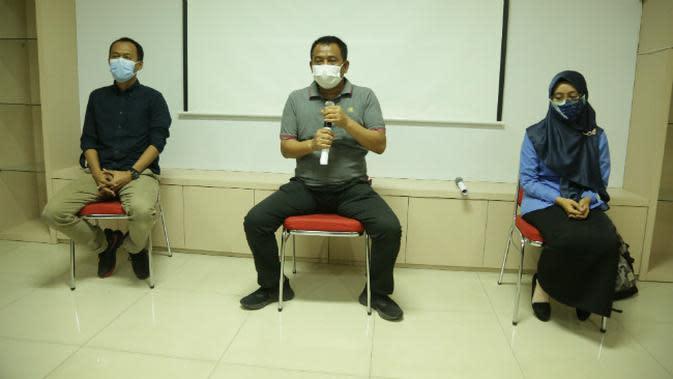 Konferensi pers terkait kesalahan input gambar PDIP yang dilakukan oleh salah satu guru pada saat mengajar sekolah daring di Surabaya, Jawa Timur. (Foto: Liputan6.com/Dian Kurniawan)