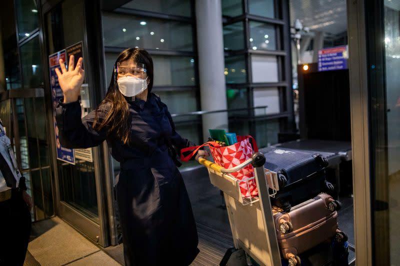 Pandemic 'hero' Filipino nurses struggle to leave home