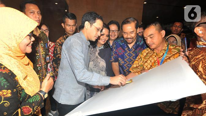 Mendikbud Nadiem Makarim mencanting batik pada peluncuran School Collaboration System (SCS) di Seminar Nasional & Science Fair 2020 di Jakarta, Jumat (24/1/2020). Kegiatan tersebut bertajuk Transformasi Pendidikan Menyongsong Era Society 5.0. (Liputan6.com/HO/Iwan)